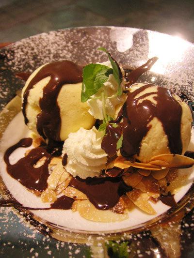 バニラアイス チョコレートソースがけ